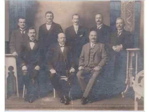 Directorio de la Sociedad Slava, año 1916 Sentados: Petar Dragičević, Antun Lukšić, Antun Vrsalović. De pie: Šimun Cvitanić, Ivan Marinov, Petar Ivanović, Jakov Kegević, Juraj Vlahović